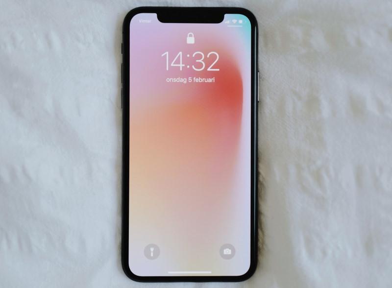 Κινητό iPhone επάνω σε λευκά σεντόνια