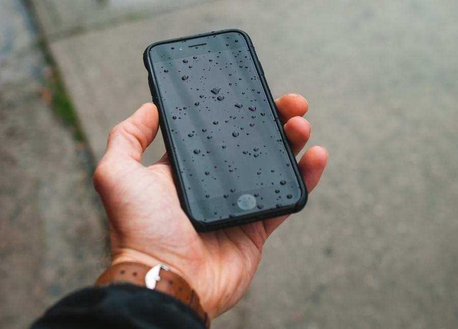 Κινητό τηλέφωνο στη βροχή