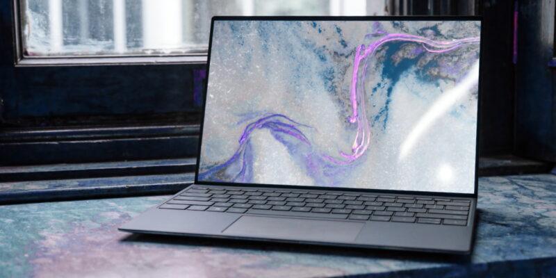 Ανοιχτό laptop σε έναν πάγκο