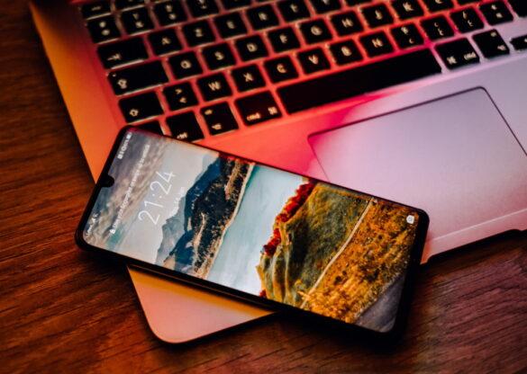 Huawei smartphone με ανοιχτή οθόνη επάνω σε laptop